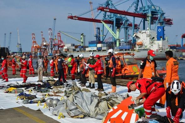 Boeing cai na Indonésia com 189 pessoas a bordo